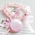 Rózsaszín fátyolfelhő kerek üveg medál, gyűrű, fülbevaló és üveggyöngy karkötő, üvegékszer szett, Ékszer, óra, Ékszerszett, Nyaklánc, Medál, Ékszerkészítés, Üvegművészet, Finom, halvány rózsaszín alapon erősebb rózsaszín felhőkkel mintázott ékszerüvegből, kemencében olv..., Meska