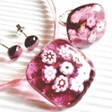 Mályva virágzuhatag üveg medál, gyűrű és pötty fülbevaló, üvegékszer szett, Ékszer, óra, Nyaklánc, Medál, Ékszerszett, Ékszerkészítés, Üvegművészet, Áttetsző mályva alapra olvasztottam rózsaszín és fehér millefiori virág-gyöngyöket. Habkönnyű, csip..., Meska