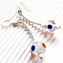 Kréta varázsa gyöngy fülbevaló, üveggyöngy, Ékszer, Ékszerszett, Fülbevaló, Hófehér közepű, áttetsző üveg-gyöngy, kék és narancs színű pettyekkel. Vidáman elegáns..., Meska