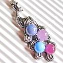 Pink páva üveg-gyöngy medál, üvegékszer, Ékszer, Ruha, divat, cipő, Medál, Nyaklánc, Ékszerkészítés, Üvegművészet, Antik ezüst hatású páva figurát díszítettem üvegrudakból, kemencémben olvasztott rózsaszín - lila -..., Meska