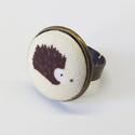 Sünis bronz gyűrű, Ékszer, Baba-mama-gyerek, Gyűrű,  Antik bronz gyűrű, bézs alapon süni-mintás 20 mm textil-gombbal :)   Mérete állítható text..., Meska