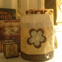 Virágos tároló / Ünnepi textil tároló / Tároló virágdísszel, hímzéssel, Gyerek & játék, Otthon & lakás, Gyerekszoba, Tárolóeszköz - gyerekszobába, Karácsonyi, adventi apróságok, Ünnepi dekoráció, Dekoráció, Varrás, Hímzés, A tároló dupla rétegű, vetexből (nem szőtt textil) készült. A szegélye kockás-mintás pamutvászon. A..., Meska