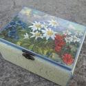 ékszer tartó dobozka, Ékszer, Otthon, lakberendezés, Ékszertartó, Tárolóeszköz, 11x9.5x12cm fa alapú, csatos ékszer doboz. Alapozva, áfonya kék és elefántcsontszínű akril f..., Meska