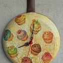 palacsinta óra, Otthon, lakberendezés, Konyhafelszerelés, Falióra, óra, Hagyományos fém palacsinta sütőből óra, szépséges muffin mintákkal. Repesztéssel díszítve. Egy ilyen..., Meska