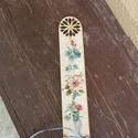 Fa könyvjelző, Naptár, képeslap, album, Könyvjelző, Mind a kettő oldalán virág mintával díszített könyvjelző. 20.5 cm, felső részén szép, áttört mintáva..., Meska