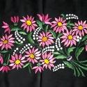 Falikép rózsaszín margarétával, Otthon & Lakás, Lakástextil, Falvédő, Hímzés, Ez a  rózsaszínű margarétás falikép fényes hímtőfonallal készült sűrű szövésű fekete napvászonra. S..., Meska
