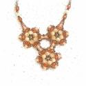 Brandy Bronze nyaklánc, A nyaklánc ékessége a 3 virágból álló medá...