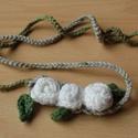 Fehér rózsás lánc (horgolt), Ékszer, Nyaklánc, Horgolással készült tavaszias nyaklánc. Szolidabb darab. Aszimmetrikus. A rózsái kb. 2 cm átmérőjűek..., Meska