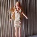 Kétrészes horgolt Barbie ruha, Gyerek & játék, Játék, Baba játék, Horgolás, Varrás, Horgolt kétrészes Barbie ruha beige színben. A felsőrész elöl két műanyag patettel záródik, alul vi..., Meska