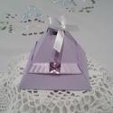 Orgona lila színű köszönetajándék doboz, Dekoráció, Esküvő, Esküvői dekoráció, Meghívó, ültetőkártya, köszönőajándék, Orgona lila dekorációs kartonból készült,piramis alakú ajándék doboz.Lila szalag és csillog..., Meska