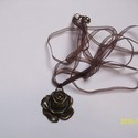 Réz rózsa medál, Ékszer, Nyaklánc, Barna szaténszalagra fűzött gyönyörű rézből készült rózsa medál.  Szalag hossza: 57 cm  ..., Meska
