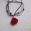AKCIÓ! - vörös rózsa szaténnel , Ékszer, Nyaklánc, Nagy vörös rózsamedál (25mm) fekete szatén szálakra fűzve, fekete üveg és gyöngyház tekla..., Meska