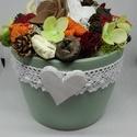 Dekoráció asztaldísz, Dekoráció, Otthon, lakberendezés, Dísz, Asztaldísz, Virágkötés, Kerámia kaspóba készült asztaldísz termésekkel, virággal díszítve az ősz színeit használva.   A pos..., Meska