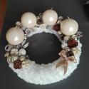 Fehér Adventi koszorú , Dekoráció, Ünnepi dekoráció, Karácsonyi, adventi apróságok, Karácsonyi dekoráció,  Fehér szőrmével bevont ,25-cm-es szalma alapra készült. Termésekkel, karácsonyi gömbökkel dekorálva..., Meska