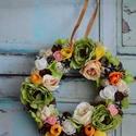 Tavaszi kopogtató, ajtódísz, Dekoráció, Otthon, lakberendezés, Ajtódísz, kopogtató, Tavaszi ajtódísz virágokkal, termésekkel díszítve. A Koszorú mérete 22cm. , Meska