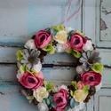 Tavaszi kopogtató, ajtódísz, Dekoráció, Otthon, lakberendezés, Ajtódísz, kopogtató, Virágkötés, Tavaszi ajtódísz virágokkal, termésekkel díszítve. A Koszorú mérete 22cm. , Meska