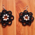Fekete virág csipkefülbevaló, Ékszer, Esküvő, Fülbevaló, Fekete virág formájú csipkefülbevaló.Belsejét gyöngyökkel díszítettem.Ezüstözött akaszt..., Meska