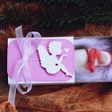 Dobozos pólyás, Dekoráció, Karácsonyi, adventi apróságok, Ünnepi dekoráció, Karácsonyi dekoráció, Tűnemezelt pólyás szépséges dobozban. A doboz mérete : 8X5,5 cm    Aprócska, bájos  ajándéktárgy. :)..., Meska