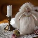 Fehér angyal, Dekoráció, Karácsonyi, adventi apróságok, Ünnepi dekoráció, Karácsonyfadísz,  1 db tűnemezelt angyalka A fehér szín a tisztaságot ábrázolja, az angyal pedig a lelki harmóniát se..., Meska