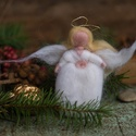 Fehér angyal,  1 db tűnemezelt angyalka Mérete: kb 11 cm Kösz...