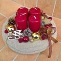 Bordó-arany adventi koszorú, Otthon, lakberendezés, Karácsonyi, adventi apróságok, Karácsonyi dekoráció, Koszorú, Virágkötés, A koszorú alapot bevontam bézs színű kötött anyaggal, a közepére rögzítettem a tűzőhabot, majd erre..., Meska