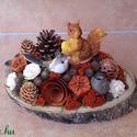 Őszi mókusos asztaldísz faszeleten, Otthon & lakás, Dekoráció, Lakberendezés, Asztaldísz, Virágkötés, A faszeletre rögzítettem a száraz tűzőhabot,  rákerült a mókus, majd az egészet körbe díszítettem t..., Meska