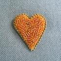 Hímzett szív kitűző, Ékszer, Bross, kitűző, Hímzés, Gyöngyfűzés, Sárga színű, szabálytalan szív alakúra szabott filc alapra különböző sárgás-barackos árnyalatú, iri..., Meska