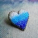 Hímzett szív kitűző II., Ékszer, Bross, kitűző, Hímzés, Gyöngyfűzés, Fehér színű, szív alakúra szabott filc alapra színtelen, valamint különböző kék árnyalatú, irizáló ..., Meska