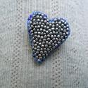 Hímzett szív kitűző IV., Ékszer, Bross, kitűző, Hímzés, Gyöngyfűzés, Kékesszürke, selymes fényű gyöngyöt hímeztem aprólékos munkával egy szabálytalan szív alakúra vágot..., Meska