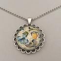 Toszkán pillangós nyaklánc, Ékszer, Nyaklánc, Az üveglencsés nyaklánc medálja ezüst színű keretbe foglalt, amelyben kék tölcsérvirágon ..., Meska