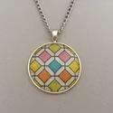 Mozaik nyaklánc, Az üveglencsés nyaklánc medálja ezüst színű...
