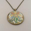 Sárkányvirág nyaklánc, Ékszer, Nyaklánc, Az üveglencsés nyaklánc medálja bronz színű keretbe foglalt, amelyben sárkányvirág díszítés látható...., Meska