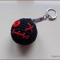 Kulcstartó fekete zombi, Dekoráció, Mindenmás, Ruha, divat, cipő, Horgolás, Ékszerkészítés, Horgolt kis figura kulcstartóra, táskára, vagy ajándék csomagra dísznek. Kb.: 4 cm   Személye átvét..., Meska