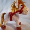 Kis lovacska, Játék, Játékfigura, Horgolt, kitömött lovacska. Jó minőségű erős pamut fonalból készült, a nyereg és a söré..., Meska