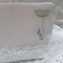 Koszorúslány táska fehér hímzett szütyőke , esküvői kiegészítő csipke, Esküvő, Táska, Neszesszer, Hímzett táska, koszorúslányoknak.Esküvői neszesszer Fehér vászon és csipke kombinációja.  Ha többet ..., Meska
