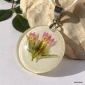 Romantikus kisezerjófű medál, Ékszer, óra, Medál, A kisezerjófű finom rózsaszín virágját a Bükkaljai réten gyűjtöttem, majd préseltem.  Fehér háttér e..., Meska
