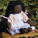 Fekete bőrű, nagy méretű waldorf babalány, Képzőművészet, Játék, Textil, Baba, babaház, Baba-és bábkészítés, Varrás, Sötét bőrű babalány, waldorf technikával készült.  Magassága kb. 46 cm.  Teste sötétbarna színű, ki..., Meska