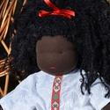 Fekete bőrű, kis méretű waldorf babalány, Képzőművészet, Játék, Textil, Baba, babaház, Baba-és bábkészítés, Varrás, Sötét bőrű babalány, waldorf technikával készült.  Magassága kb. 31 cm.  Teste sötétbarna színű, ki..., Meska