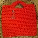 Horgolt kézitáska, Táska, Horgolás, Készen vásárolt, vastag, tűzpiros póló fonalból horgoltam ezt a piros bélésanyaggal bélelt kézitásk..., Meska