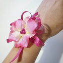 Pink csuklódísz, Esküvő, Esküvői ékszer, Kis selyemvirág csuklódísz gumis csuklópánttal esküre, bálra. Ebből a termékből 1db van, de hasonlób..., Meska