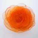 Narancs rózsa kitűző, Ékszer, Kitűző, bross, Organzából és gyöngyből készült elegáns rózsa formájú bross. Kb. 7 cm átmérőjű.  X. kerületben szemé..., Meska