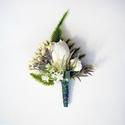 Greenery esküvői kitűző öltönydísz, Zöld és fehér színű esküvői kitűző selyem...