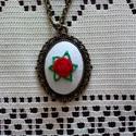 """""""Róza"""" piros rózsás nyaklánc, Ékszer, Nyaklánc, Fehér vászonra hímeztem ezt a kis piros rózsát levélkékkel, majd domború lencsére rögzítve illesztet..., Meska"""