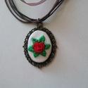 """""""Bella"""" rózsás nyaklánc, Ékszer, Nyaklánc, Kézzel hímeztem ezt a kis piros rózsát zöld levelekkel körbevéve, majd bronz színű ovális foglalatba..., Meska"""