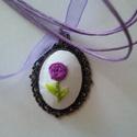 """""""Léna"""" virágos nyaklánc, Ékszer, Nyaklánc, Kézzel hímeztem ezt a kis lila virágot, mely bájos, kedves hangulatot áraszt vintage stílusú foglala..., Meska"""