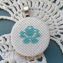 Medál, Ékszer, Medál, Kék rózsa mintával medál, hímzéssel készült. Akár ajándékba is tökéletes lehet, kis apr..., Meska
