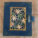 mappa virágos, Egyéb, Papírművészet, Gravírozás, pirográfia, Merített papírból készült, kézikötésű mappa, gravírozott betéttel. A mappa felülete lakkal, vaxolás..., Meska