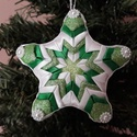 Zöld csillag karácsonyfa dísz, Dekoráció, Karácsonyi, adventi apróságok, Ünnepi dekoráció, Karácsonyfadísz, Patchwork, foltvarrás, Hungarocell csillag alapra készített karácsonyfadísz. A csillag alap, zöld és fehér szalagokkal dís..., Meska