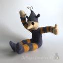 Manócska, Játék, Dekoráció, Játékfigura, Tűnemezelt gyapjú figura. Magassága: 22 cm. A sapkáján lévő inda, drótból készült. , Meska