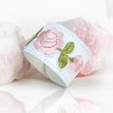 rózsaszín virágos hímzett népi motívumos bőr karkötő, Magyar motívumokkal, Ékszer, Karkötő, A fehér bőr karkötőn rózsaszín virágos hímzés van.  Állítható patenttal záródik Méret..., Meska